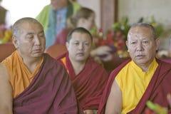 Les moines tibétains assis pour la cérémonie bouddhiste d'habilitation d'Amitabha à la méditation montent dans Ojai, CA Photos libres de droits