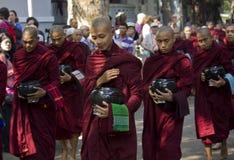 Les moines vont déjeuner : Monastère de Mahagandayon Image stock