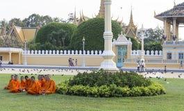 Les moines voyagent les au sol de Royal Palace dans Phnom Penh Image libre de droits