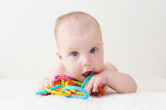 Les 4 mois mignons de bébé joue le teether éducatif à la maison Photo stock