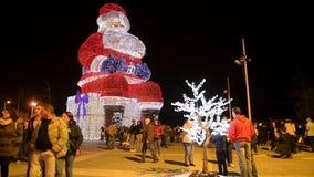 Les mondes plus grande Santa Claus iluminated par des lumières de Noël banque de vidéos