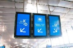 Les moniteurs sont des indicateurs à l'aéroport Aéroport de Charles de Gaulle Images libres de droits