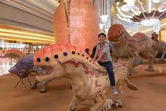 Les monstres dans l'hôtel incitent, ville de studio, Macao, amusement, à l'intérieur garçon ayant l'amusement Image libre de droits