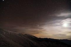 Les montagnes aménagent en parc la nuit avec le clair de lune Image stock