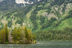 Les montagnes apparaissent indistinctement au-dessus du lac Yellowstone en parc national de Yellowstone photographie stock libre de droits