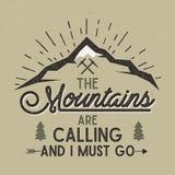 Les montagnes appellent l'affiche de vecteur Label tiré par la main de vintage d'explorateur de montagnes Effet d'impression typo illustration libre de droits