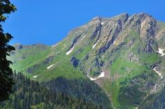 Les montagnes autour lac Ritsa en juillet 2016 chaud Photographie stock