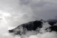Les montagnes avec flagellent des nuages Photographie stock libre de droits