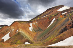 Les montagnes avec la neige en juillet Photo stock