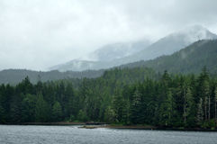 Les montagnes brumeuses s'approchent de Ketchikan, Alaska Images stock