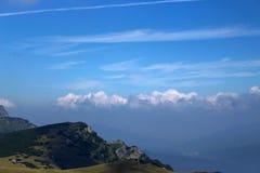 Les montagnes carpathiennes de Roumanie Photo stock