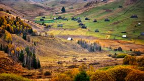 Les montagnes carpathiennes sauvages de la Roumanie dans le temps d'automne aménagent en parc Photo libre de droits