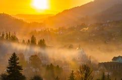 Les montagnes carpathiennes ukrainiennes aménagent le fond en parc pendant le coucher du soleil pendant la saison d'automne photo libre de droits