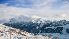Les montagnes dans la neige Photographie stock libre de droits
