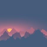 Les montagnes de brume de soirée aménagent l'alpinisme et le VE en parc de déplacement Photo libre de droits