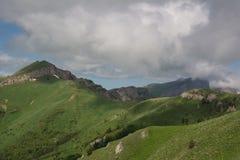 Les montagnes de Caucase [a] sont un système de montagne en Asie occidentale entre la Mer Noire et la Mer Caspienne dans la régio Photos libres de droits