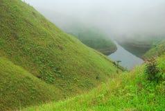 Les montagnes de couleur de brouillard Photographie stock libre de droits