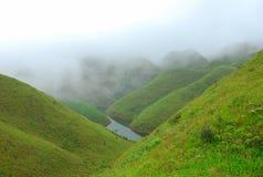 Les montagnes de couleur de brouillard Photos stock