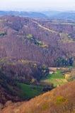 Les montagnes de Homolje aménagent en parc avec une petite vallée verte un jour ensoleillé d'automne Photos libres de droits