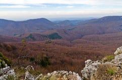 Les montagnes de Homolje aménagent en parc, des crêtes et des roches un jour ensoleillé d'automne avec quelques nuages Photographie stock libre de droits