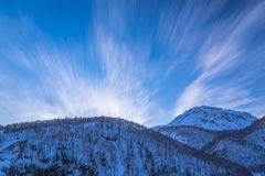 Les montagnes de l'hiver du Japon dominant en ciel bleu Image libre de droits