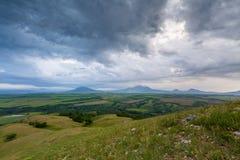 Les montagnes de la Russie, Caucase, région de Stavropol Nuages au-dessus de Th Images stock