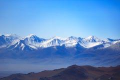 Les montagnes de roulement très hautes de neige du Xinjiang photos libres de droits