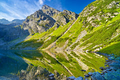 Les montagnes de Tatra aménagent l'étang en parc Carpathiens Pologne de lac de nature Images stock