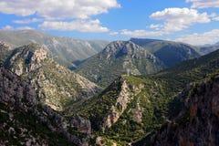 Les montagnes de Taygetos couvertes dans les arbres verts Images libres de droits