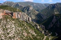 Les montagnes de Taygetos couvertes dans les arbres verts Image stock