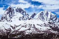 Les montagnes en Géorgie ont couvert de neige Photo libre de droits