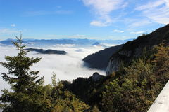 Les montagnes en nuages Photographie stock