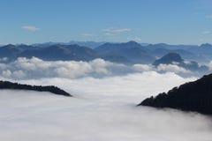 Les montagnes en nuages Photo stock