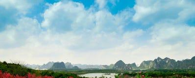 Les montagnes et la forêt de fleur de pêche Image stock