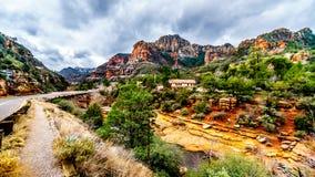 Les montagnes et le canyon colorés de grès découpés par Oak Creek au parc d'état célèbre de roche de glissière le long de l'Arizo photos libres de droits