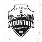 Les montagnes et le vecteur noir de forêt badge sur le blanc illustration libre de droits