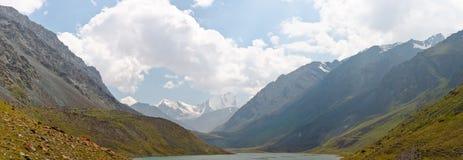 Les montagnes et les prés Images libres de droits