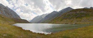 Les montagnes et les prés Photographie stock
