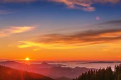 Les montagnes majestueuses aménagent en parc sous le ciel de matin avec des nuages Photo stock