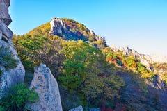 Les montagnes polychromes de la montagne de Zu d'automne Images stock