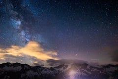 Les montagnes rocheuses de ciel étoilé de manière laiteuse profilent la silhouette capturée de la haute altitude sur les Alpes Photos libres de droits