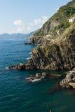 Les montagnes rocheuses et la route dangereuse au bord de la falaise Photographie stock
