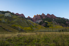 Les montagnes rouges s'approchent du lever de soleil marron Aspen Colorado de Bells Photos stock