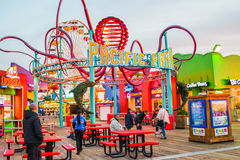 Les montagnes russes au parc d'attractions sur Santa Monica Pier en Santa Monica, la Californie Photos libres de droits