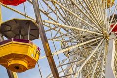 Les montagnes russes au parc d'attractions sur Santa Monica Pier en Santa Monica, la Californie Images libres de droits