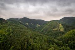 Les montagnes s'approchent du château Strecno Images stock