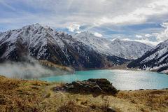Les montagnes s'approchent du grand lac almaty Photos stock