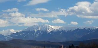 Les montagnes touchent le ciel photos libres de droits