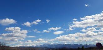 Les montagnes touchent le ciel photographie stock libre de droits
