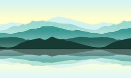 Les montagnes vertes aménagent en parc avec la réflexion dans l'eau Photographie stock libre de droits